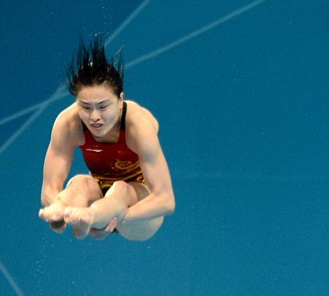 China's divers Wu Minxia and He Zi dive